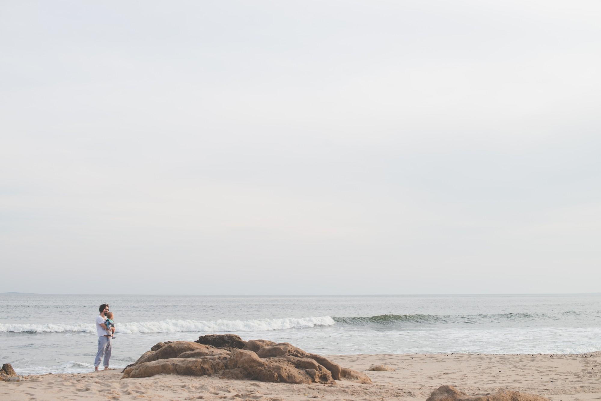 lifestyle photography , sesion fotografica de familia, un bebe con su padre en la playa